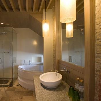 badkamer wit met tegels en spiegel